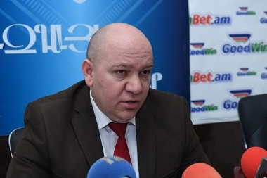 Economist Vilen Khachatryan spoke about the current socio-economic situation in Blitz Info press club - Photolure News Agency
